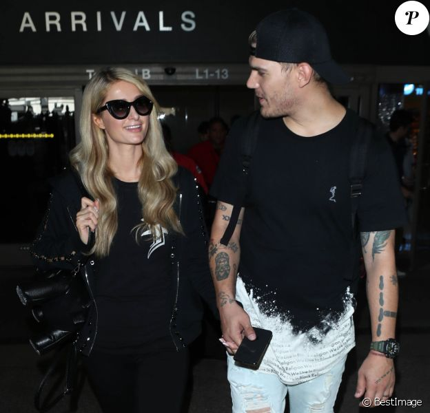 Paris Hilton et son fiancé Chris Zylka à l'aéroport LAX de Los Angeles le 18 juin 2018.