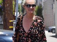 Laeticia Hallyday en blouse fleurie décolletée pour un moment beauté