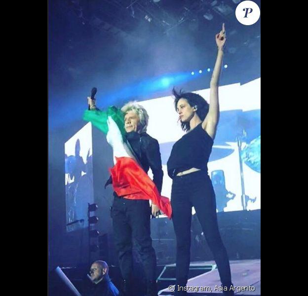 Asia Argento sur scène avec Nicola Sirkis du groupe Indochine. Nancy, le 23 juin 2018.