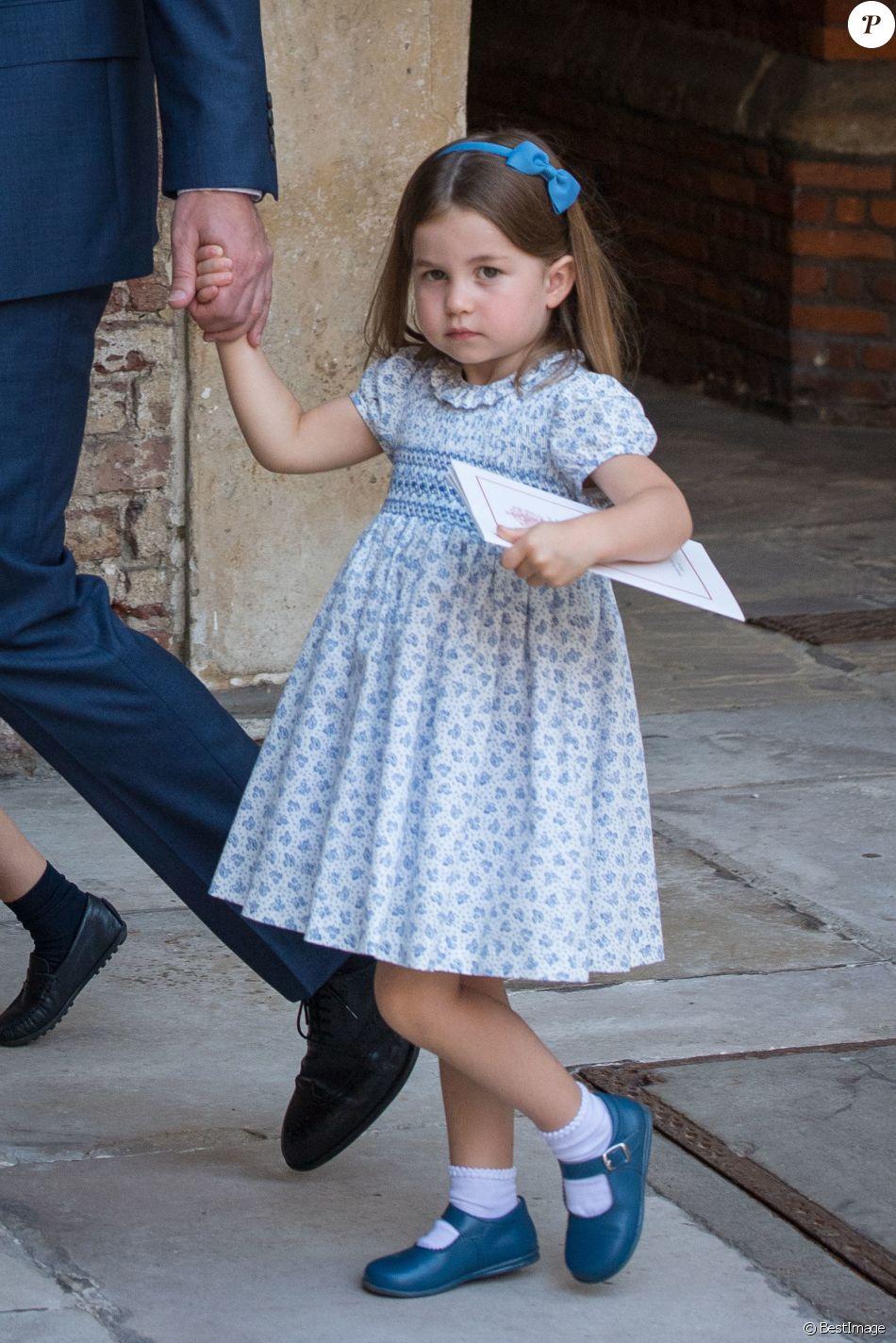 """La princesse Charlotte de Cambridge à la sortie du baptême de son frère le prince Louis de Cambridge, troisième enfant du prince William et de la duchesse Catherine, le 9 juillet 2018 en la chapelle royale du palais St James à Londres. La demoiselle de 3 ans n'a pas hésité à casser les photographes, leur rappelant qu'ils n'étaient """"pas invités"""" à la tea party qui a suivi !"""