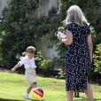 Le prince Oscar avec sa nouvelle nourrice australienne, Philippa. La princesse héritière Victoria de Suède, entourée de son mari le prince Daniel, ses enfants la princesse Estelle et le prince Oscar, et ses parents le roi Carl XVI Gustaf et la reine Silvia, célébrait le 14 juillet 2018 son anniversaire, rencontrant le public à la Villa Solliden sur l'île d'Öland.