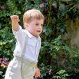 Le prince Oscar, graine de footballeur. La princesse héritière Victoria de Suède, entourée de son mari le prince Daniel, ses enfants la princesse Estelle et le prince Oscar, et ses parents le roi Carl XVI Gustaf et la reine Silvia, célébrait le 14 juillet 2018 son anniversaire, rencontrant le public à la Villa Solliden sur l'île d'Öland.