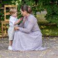 Le prince Oscar avec sa maman Victoria. La princesse héritière Victoria de Suède, entourée de son mari le prince Daniel, ses enfants la princesse Estelle et le prince Oscar, et ses parents le roi Carl XVI Gustaf et la reine Silvia, célébrait le 14 juillet 2018 son anniversaire, rencontrant le public à la Villa Solliden sur l'île d'Öland.