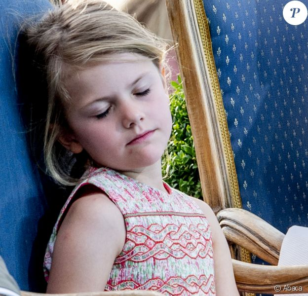 La princesse Estelle de Suède était épuisée à la fin de la journée de célébration du 41e anniversaire de sa maman la princesse Victoria de Suède, le 14 juillet 2018 à Borgholm.