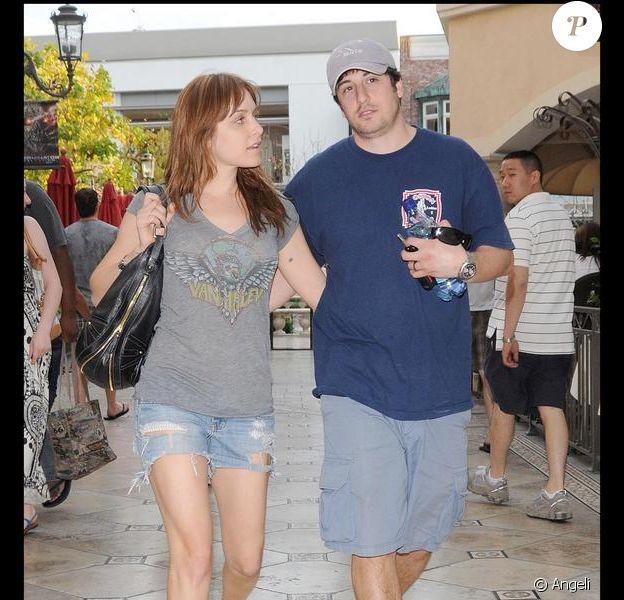 Jason Biggs, le héros de American Pie, se promène en amoureux à Hollywood avec sa femme Jenny Mollen le 20 avril 2009