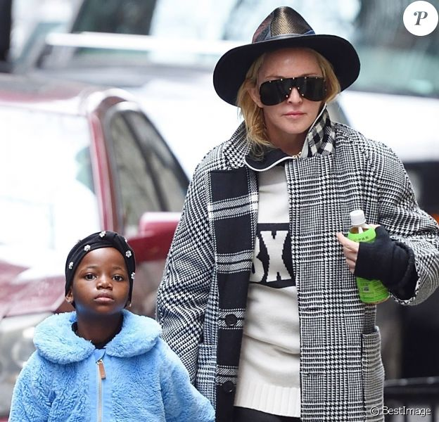 Madonna et une de ses jumelles Estere ou Stella - Madonna se balade avec ses filles dans les rues de New York, le 28 février 2018