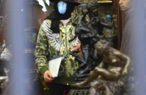 Michael Jackson : l'homme masqué est de retour... il dévalise une boutique d'objets kitsh ! (réactualisé)