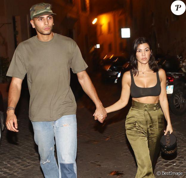 """Kourtney Kardashian et son compagnon Younes Bendjima vont dîner au restaurant """"Pierluigi"""" à Rome, le 19 juin 2018."""