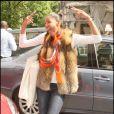 Ayo, dans une tenue tendance et de bonne humeur, a pris la pose hier dans les rues de Paris !