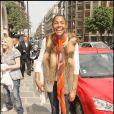 Tenue vitaminée et charmant sourire pour Ayo, hier dans les rues de Paris !