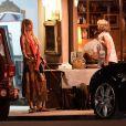 Exclusif - Paris Jackson, dans un look très bohême, dîne à la terrasse d'un restaurant en compagnie de son chien Koa à Los Angeles, le 24 juillet 2018.