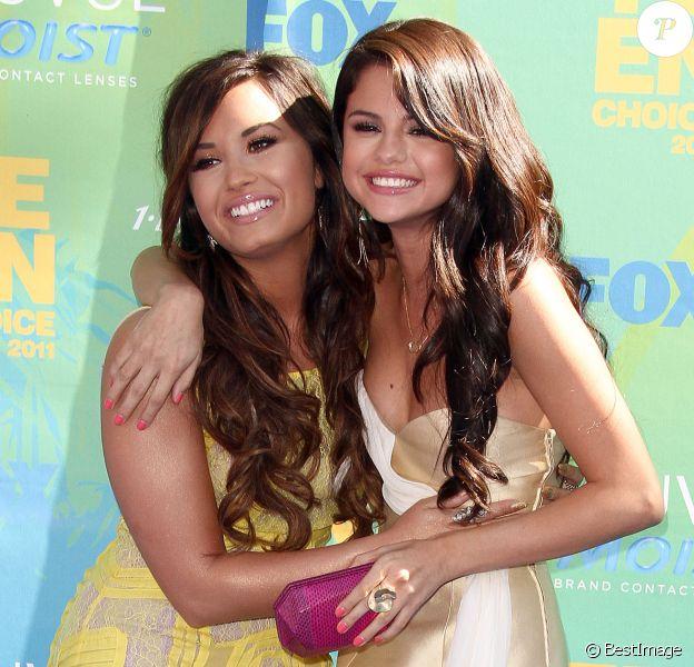 Demi Lovato et Selena Gomez à la cérémonie des Teen Choice Awards à Universal City le 7 août 2011