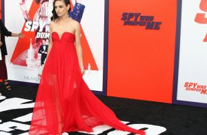 Mila Kunis: Bombesque et épaules nues face à Justin Theroux et Lindsey Vonn sexy