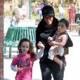 Soleil Moon Frye et ses deux filles : Poet Sienna Rose (en rose) et Jagger Joseph Blue (dans les bras de sa mère)