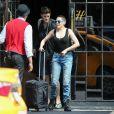 Exclusif - Rose McGowan et Rain Dove, le top model non-binaire qui partage sa vie, quittent leur hôtel à New York, le 2 mai 2018.