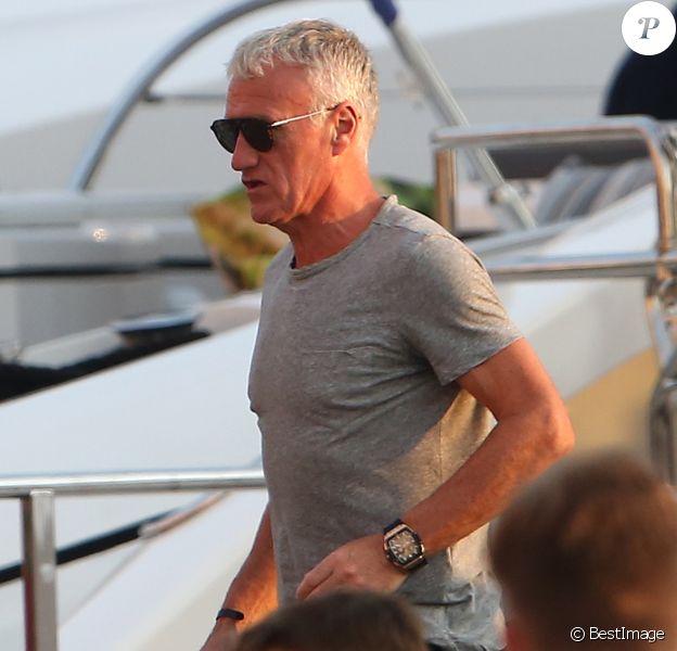 L'entraîneur de l'équipe de France Championne du monde 2018, Didier Deschamps est de retour en bateau sur le port de Saint-Tropez le 30 juillet 2018.
