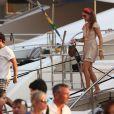 Géraldine Nakache avec un ami sont de retour en bateau sur le port de Saint-Tropez le 30 juillet 2018.