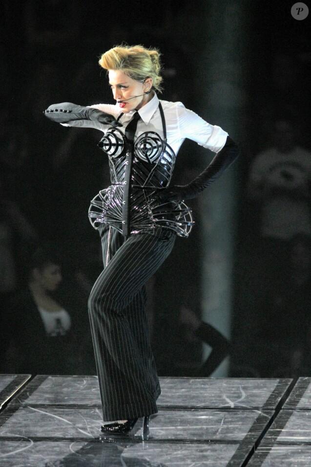 """Madonna en corset revisité par  Jean Paul Gaultier  lors de son """"MDNA Tour"""" à New York, en 2012."""