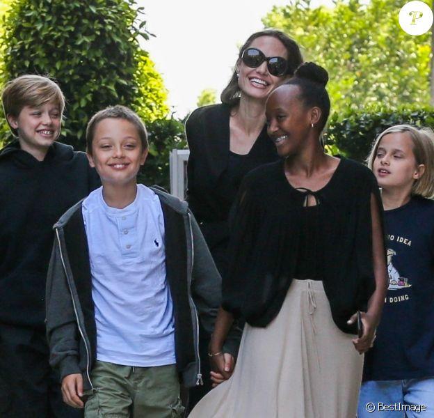 Angelina Jolie, rayonnante, et ses quatres enfants Vivienne, Zahara, Knox et Shiloh sortent d'un cinéma à Los Angeles le 18 août 2018.