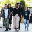 Angelina Jolie et ses quatres enfants Vivienne, Zahara, Knox et Shiloh sortent d'un cinéma à Los Angeles le 18 août 2018.