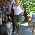 Nicollette Sheridan promène son chien avec un mystérieux inconnu dans les rues de Beverly Hills, le 16 aout 2018.