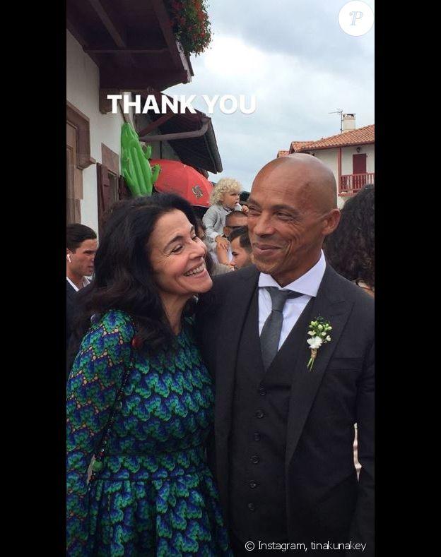 Tina Kunakey remercie ses parents après son mariage avec Vincent Cassel à Bidart le 24 août 2018.