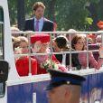 Les membres de la couronne néerlandaise dans le bus royal lors de la fête de la Reine à Apeldoorn aux Pays-Bas le 30 avril 2009 juste avant que ne survienne le drame