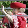 La Reine Beatrix lors de la fête de la Reine à Apeldoorn aux Pays-Bas le 30 avril 2009 juste avant que ne survienne le drame