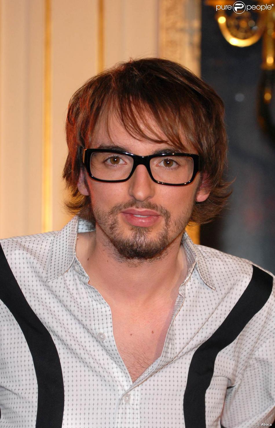 christophe willem dit, cru 2007 : cheveux longs et lunettes - purepeople