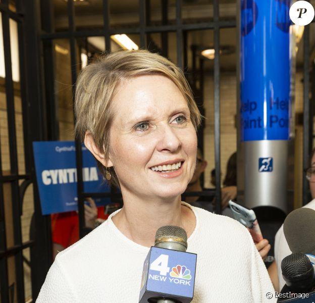 La candidate démocrate au poste de gouverneur de l'état de New York Cynthia Nixon fait campagne dans le métro de Manhattan à New York City, New York, le 14 août 2018.