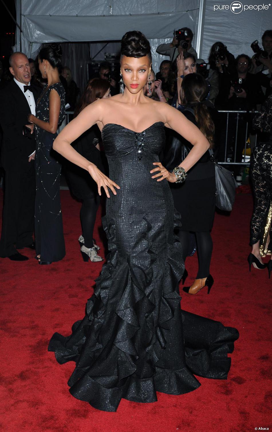 tyra banks lors du costume institute gala hier soir new york a choisi une tenue du cr ateur. Black Bedroom Furniture Sets. Home Design Ideas