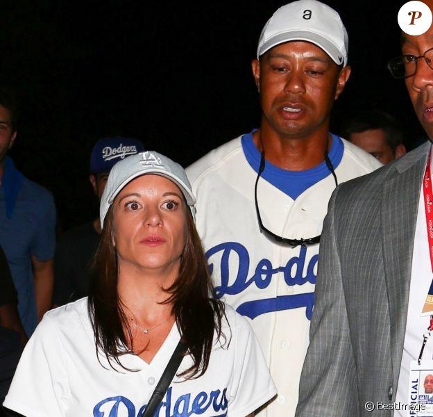 Tiger Woods quitte le stade des Dodgers avec Erica Herman après le match de baseball des Dodgers contre les Astros à Los Angeles le 25 octobre 2017.