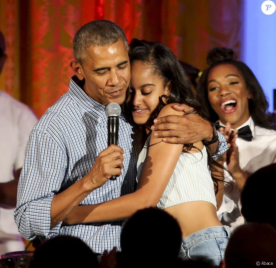 barack obama serrant dans ses bras sa fille malia pour l 39 anniversaire de la jeune femme lors d. Black Bedroom Furniture Sets. Home Design Ideas