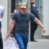 """Daniel Craig : James Bond """"émasculé"""" avec son porte-bébé ?"""