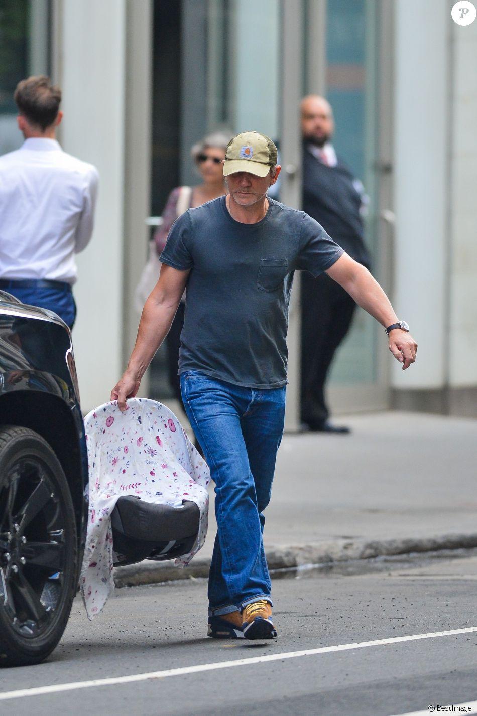 Daniel Craig et sa femme Rachel Weisz se promènent avec leur nouveau-né, une fille dont le prénom n'est pas encore connu, à New York, le 26 septembre 2018.