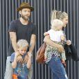 Exclusif - Teresa Palmer, son mari Mark Webber et leurs fils Bodhi et Isaac vont dîner au restaurant à Los Angeles, le 8 mars 2015.