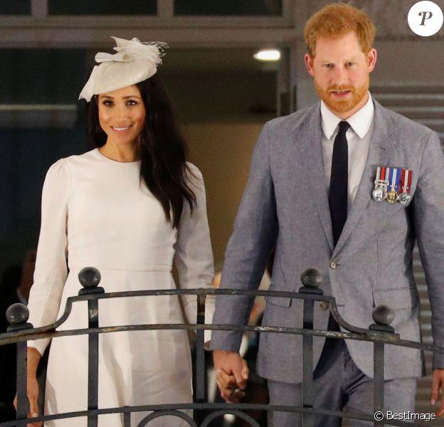 Le prince Harry, duc de Sussex et sa femme Meghan Markle, duchesse de Sussex (enceinte) au balcon du Grand Pacific Hotel à Suva aux îles Fidji dans le cadre de leur voyage officiel, le 23 octobre 2018.