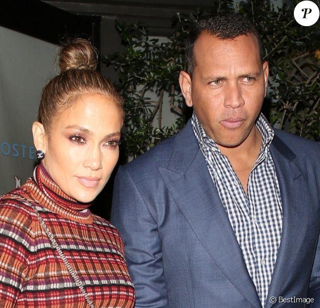 """Jennifer Lopez et son compagnon Alex Rodriguez à la sortie du restaurant """"Osteria Mozza"""" à Los Angeles, le 20 octobre 2018."""