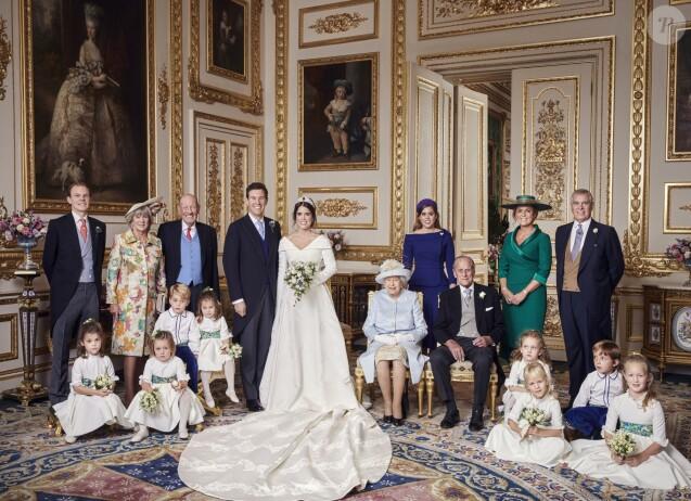 La princesse Eugenie d'York et Jack Brooksbank photographiés par Alex Bramall dans le Salon blanc au château de Windsor le jour de leur mariage, le 12 octobre 2018, entourés de leur famille. Dont Mia Tindall, qui affiche un visage impassible et tient un jouet. ©Alex Bramall/PA Wire/Bestimage