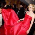Elizabeth Banks nouvelle égérie L'Oréal superbe en robe rouge