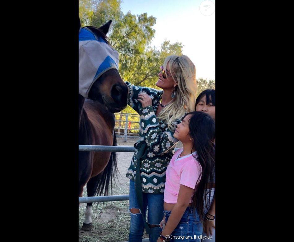 Laeticia Hallyday   s'est rendue avec ses filles Jade et Joy, Jean-Claude Sindres, Christina et Sylviane la nounou au ranch de Castle Rock à Simi Valley pour venir en aide aux animaux secourus lors des incendies meurtriers en Californie. Instagram le 11 novembre 2018.
