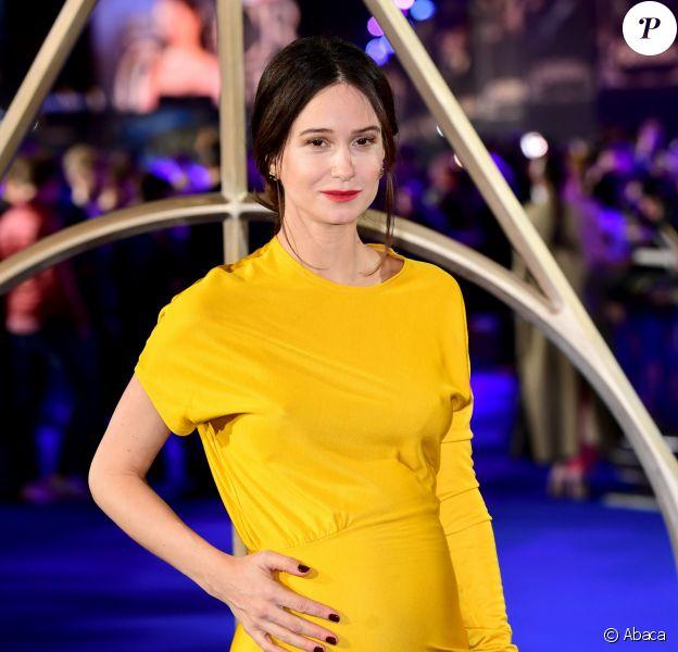 """Katherine Waterston enceinte (robe Calvin Klein)- Avant-Première du film """"Les Animaux fantastiques : Les Crimes de Grindelwald"""" au cinéma Cineworld Leicester Square à Londres, Royaume Uni, le 13 novembre 2018."""