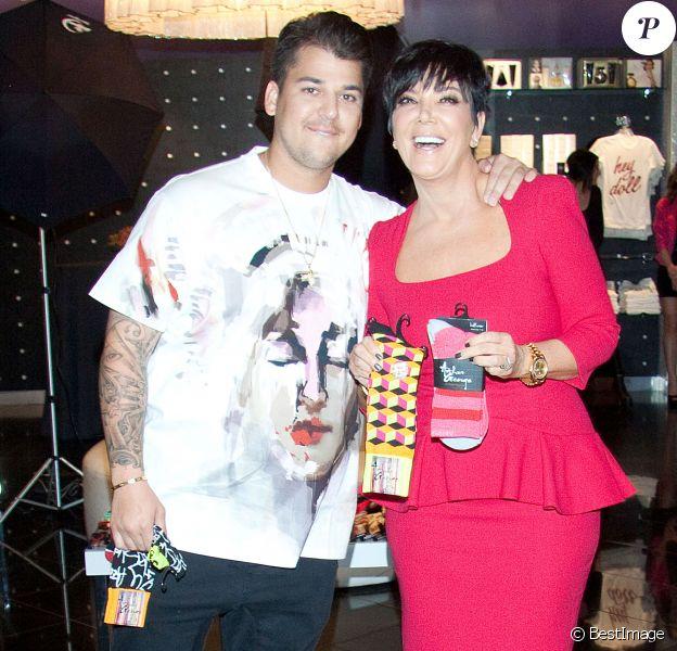 """Rob Kardashian fait la promo de sa ligne de chaussettes """"Arthur George"""" avec sa mère Kris Jenner à Las Vegas le 16 mars 2013."""