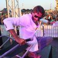 """Exclusif - Frédéric Beigbeder, parrain du """"Little Festival"""", boit la vodka à la bouteille, fume, ambiance et fait boire la foule puis se met torse nu et se jette dans le public ! Capbreton, le 1er août 2018."""