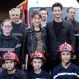 """Exclusif - Pierre Niney et Anaïs Demoustier à l'affiche du film """"Sauver ou périr», rencontrent des soldats du feu de la caserne de Sarlat lors du 27ème festival de Sarlat le 14 novembre 2018. L'acteur de 29 ans incarne un pompier gravement brûlé lors d'une intervention dans """"Sauver ou Périr"""", film présenté lors de ce deuxième jour du Festival du film de Sarlat. Lui et sa partenaire à l'écran, Anaïs Demoustier ont passé plus d'une demie heure à la caserne, pour échanger avec l'équipe et bien sûr prendre la pose et signer des autographes. © Patrick Bernard/Bestimage"""