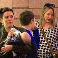 Exclusif - Eva Longoria fait du shopping avec son fils Santiago dans les bras à The grove à Los Angeles. Le 20 novembre 2018