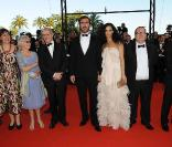 Eric Cantona, Rachida Brakni et l'équipe du film, avant la projection de Looking for Eric, au Festival de Cannes, le 18 mai 2009