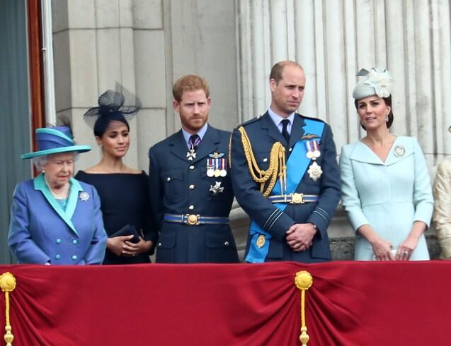 La reine Elizabeth II, Meghan Markle, duchesse de Sussex, le prince Harry, duc de Sussex, le prince William, duc de Cambridge, Kate Middleton, duchesse de Cambridge, au baldon du palais de Buckingham à Londres le 10 juillet 2018 lors de la parade aérienne pour le centenaire de la RAF.