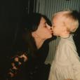 Shanna Besson a posté une adorable photo d'elle bébé en train d'embrasser... Natalie Portman.