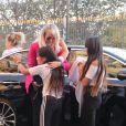 Jade, Joy - Laeticia Hallyday récupère ses filles devant le domicile de son amie Anne Marcassus puis lui rend visite à Paris le 16 octobre 2018.